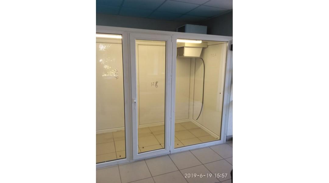 Холодильная камера для цветов с потолочным моноблоком